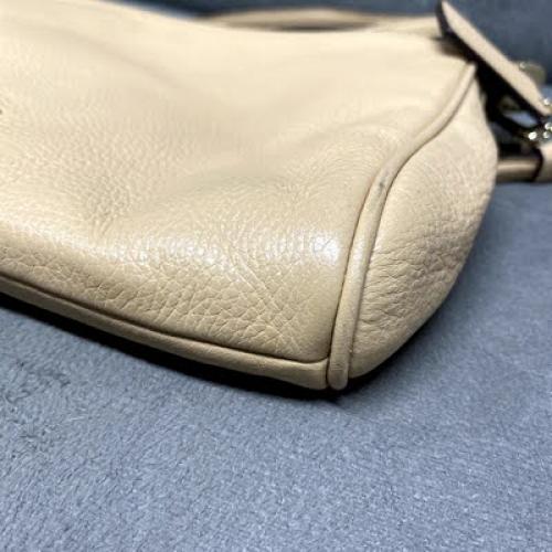 Bolsa Coach | Alça curta ou tiracolo | Couro | Bege - fundo direito