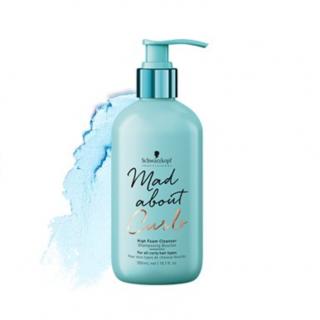Mad About Curls Shampoo Extra Espuma é uma fórmula livre de sulfatos que limpa suavemente todos os tipos de cachos. Proporciona suavidade, melhora a pentabilidade e proporciona cachos duradouros.