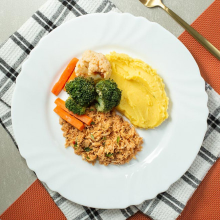 Frango desfiado com purê de mandioquinha e vegetais salteados