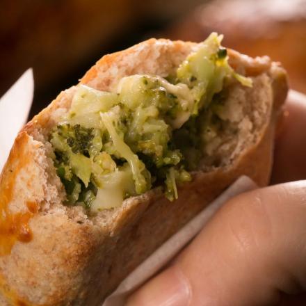 empanada de brócolis com queijo minas frescal