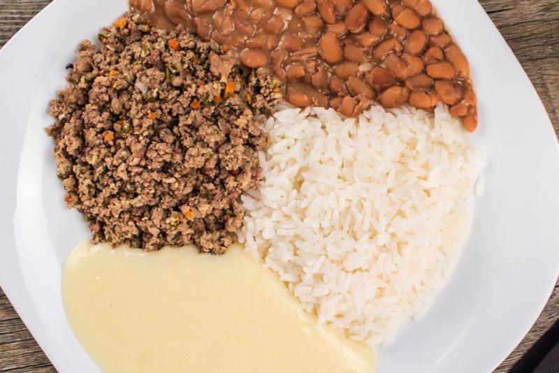 Carne moída + purê de batata + arroz branco + feijão carioca