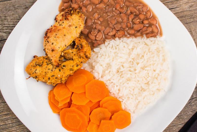 Filé de frango desfiado + cenoura + arroz branco + feijão carioca