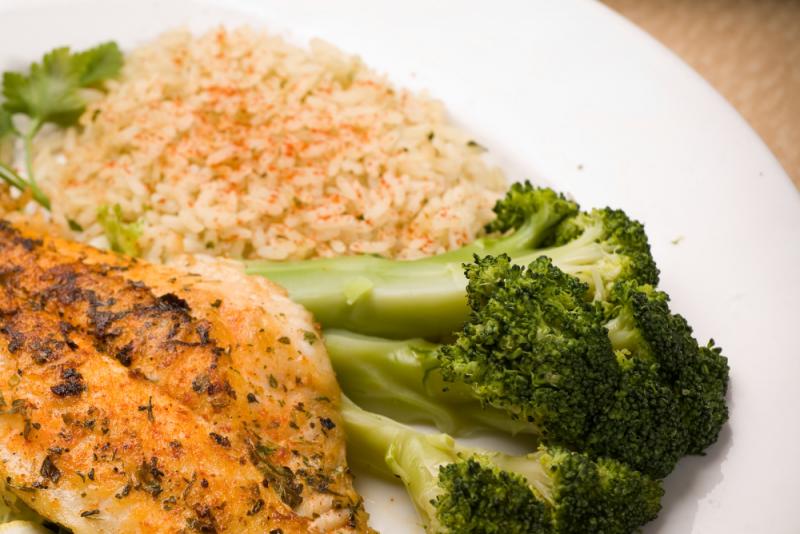 Filé de tilápia + arroz de couve flor + brócolis