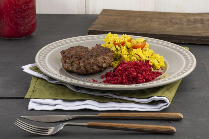 Cuscuz marroquino ao curry + hambúrguer de berinjela com linhaça + farofa de beterraba e cúrcuma