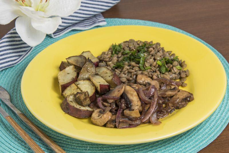 Lentilha refogada + cogumelo paris fresco + batata doce assada