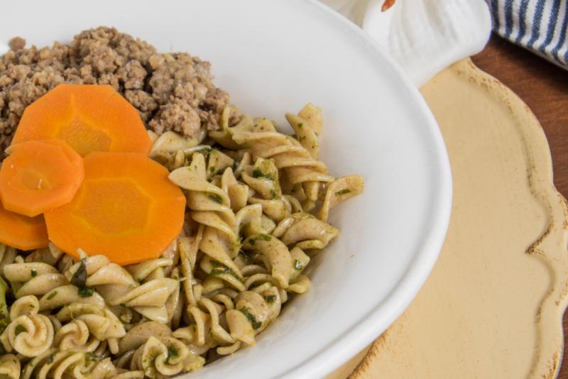Carne moída + massa fit integral + molho pesto + cenoura