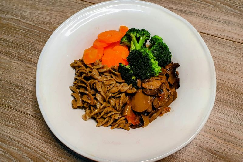Cogumelo paris + massa integral + molho pesto + cenoura