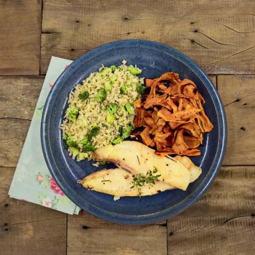St. Petter assado com ervas, cenoura laminada e arroz integral com brócolis