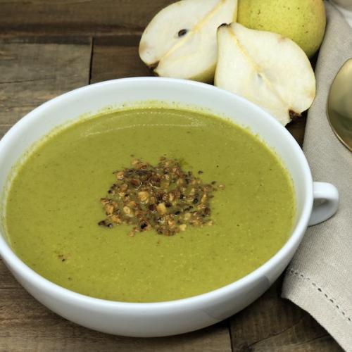 Sopa de agrião com pera e farofinha de castanha do Brasil