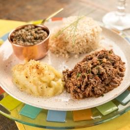 Carne desmanchada, purê de batata doce, arroz integral e lentilhas