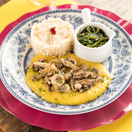 Escondidinho de cogumelos com arroz integral e espinafre