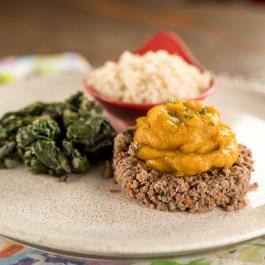 Escondidinho de carne moída com purê de abóbora, espinafre e arroz integral