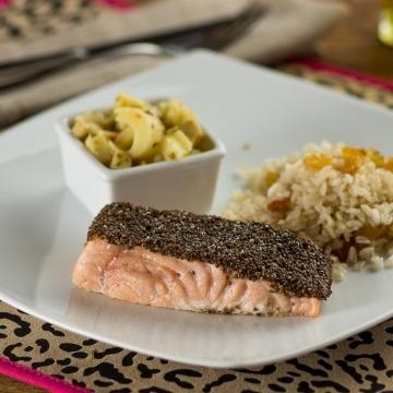Filé de salmão em crosta de chia, palmito pupunha sauté e arroz integral com passas brancas