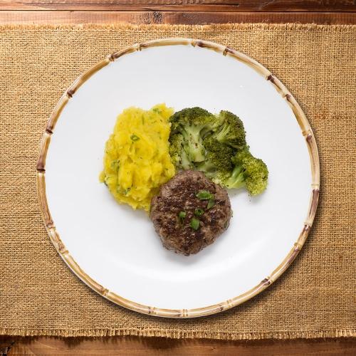 Hambúrguer de patinho acompanhado de Brócolis e purê de mandioquinha