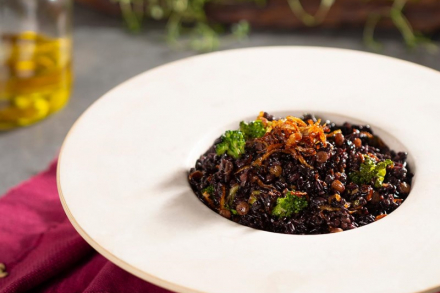 Risoto de arroz negro, lentilhas, curry, leite de coco, brócolis e chips de cebola